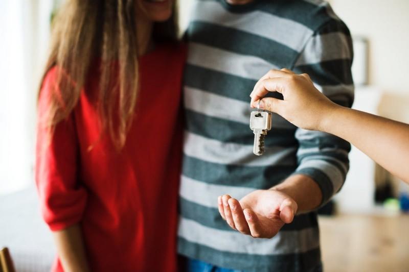 Pośrednik / agent nieruchomości - jak nim zostać? Ile zarabia agent?
