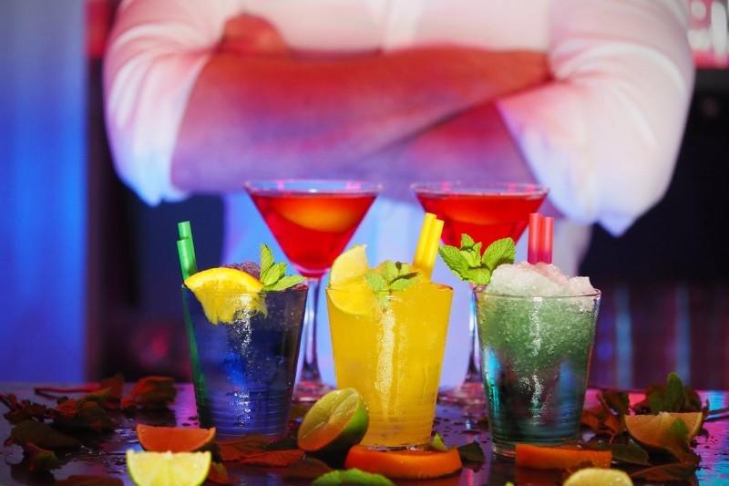 Barman: ile zarabia, jak pracuje i jak nim zostać? [Kursy, praca]