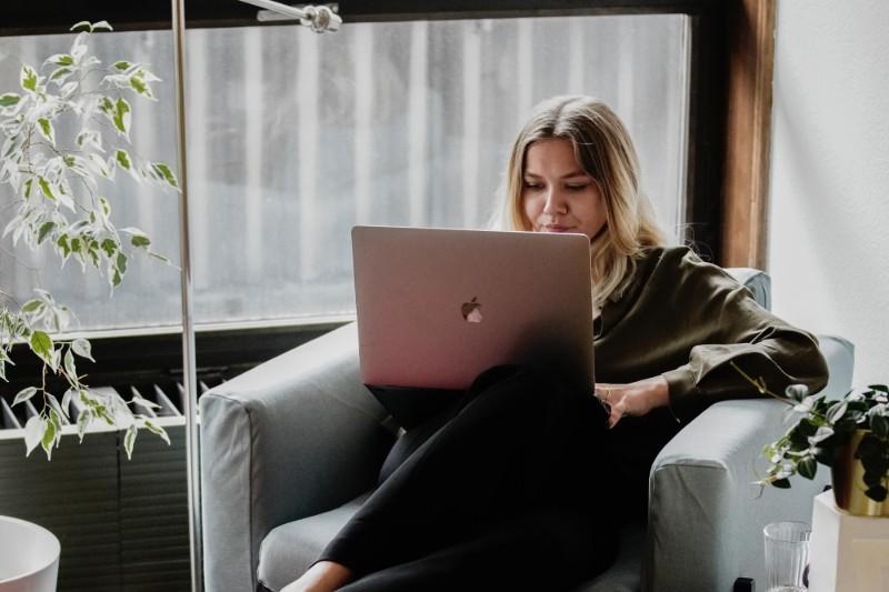 Canva CV - jak stworzyć CV w kreatorze Canva? Zalety i wady