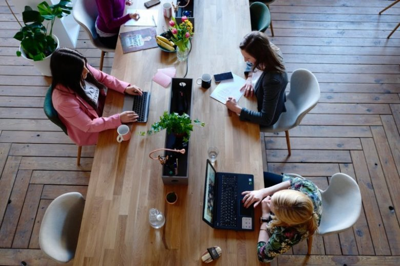 Co nas drażni w pracy? Badanie 2020