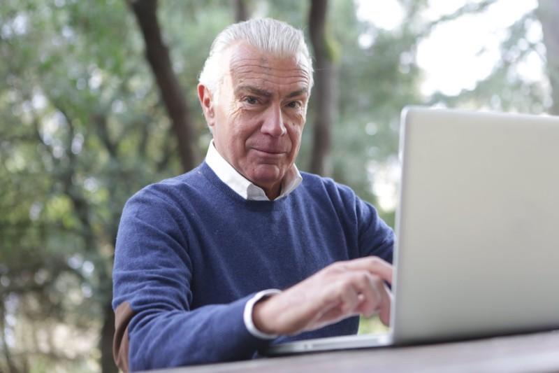 Jak napisać CV dla emeryta - krok po kroku [Przykład i porady]