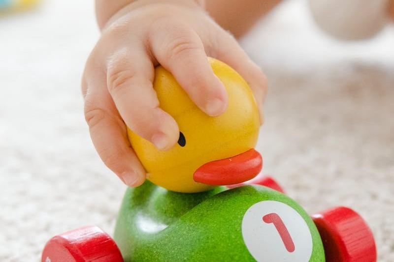 CV niania — Jak napisać CV opiekunki do dziecka? [Wzór i przykłady]