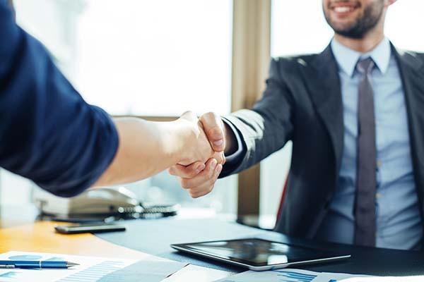 Uścisk dłoni — Kto pierwszy podaje rękę w sytuacji zawodowej [Porady]