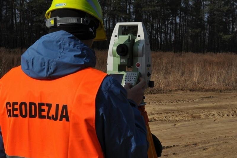 Geodezja: praca. Jak zostać geodetą? [+Zarobki i uprawnienia]