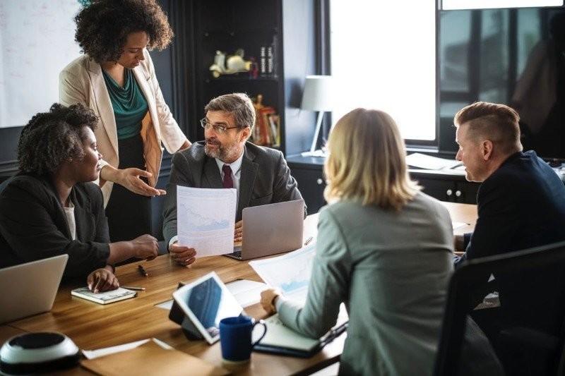 Skuteczny feedback: Jak komunikować się z szefem, żeby ułatwić sobie życie
