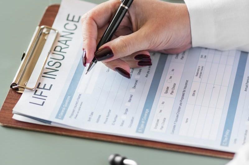 Jak zostać agentem ubezpieczeniowym? Zarobki, kurs, licencja