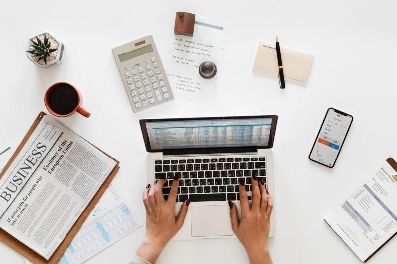 Księgowy: praca, obowiązki, jak zostać? Ile zarabia księgowa?
