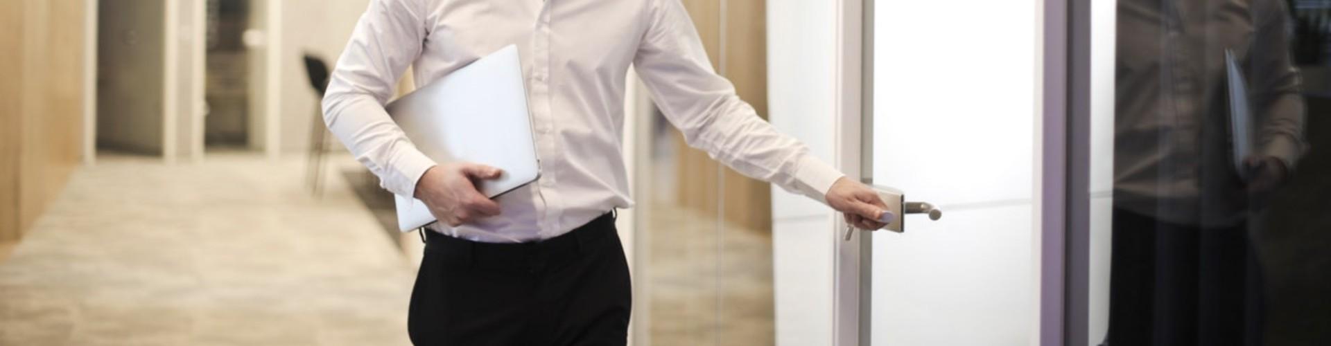 Praca w korporacji - na czym polega, ile się zarabia, gdzie szukać ofert?