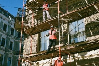 Praca na wysokości - definicja (od ilu metrów?) i przepisy BHP