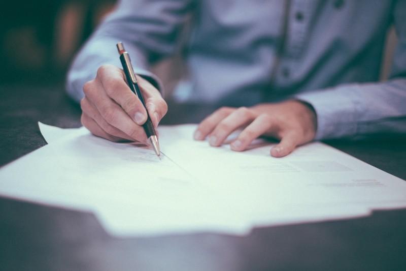 Umowa o dzieło — wzór, podatek. Czym się różni od zlecenia?