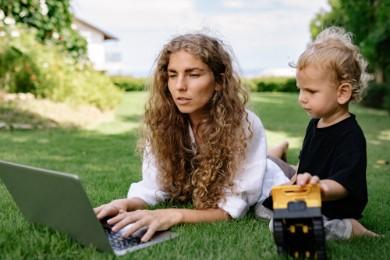 Jak wpisać urlop macierzyński w CV? Czy warto to robić?